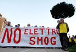 Antenne a Cinecittà - Protesta contro le antenne di telefonia mobile a Cinecittà: un gruppo di residenti è sceso in piazza per contestare l'inquinamento da elettrosmog in viale Ciamarra (foto Eidon)