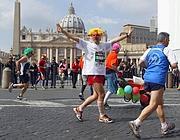 Il passaggio dei corridori a San Pietro (LaPresse)