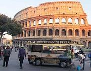 Camion bar davanti al Colosseo (Jpeg)