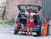 Un centurione si cambia: la sua auto è parcheggiata a fianco del Colosseo (Jpeg)