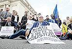 Il sit-in di Pannella - Sono partiti  dalle 10 dal carcere di Regina Coeli, «luogo simbolo della violazione costante dei diritti umani fondamentali» e sono arrivati a San Pietro.  L'iniziativa è dei radicali a favore dell'amnistia.   Marco Pannella nel corso del comizio/sit-in si è rivolto direttamente al pontefice Benedetto XVI: «Santità, lo Stato italiano ci impedisce oggi di entrare nel suo Stato come facemmo nella Pasqua del 1979, quando Giovanni Paolo II ci manifestò la felicità di riceverci. Ne chiediamo scusa a nome di questo nostro Stato e lotteremo perchè la simonia di Stato non finisca di corrompere il mondo» (Jpeg)
