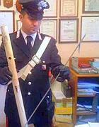 Carabiniere mostra la fiocina recuperata (foto Proto)