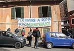 Affitti impossibili - Un gruppo di studenti e precari giovedì ha effettuato una occupazione simbolica in via Vacuna per denunciare la presenza di stabili sfitti e l'impossibilita' di pagare un affitto agli attuali prezzi di mercato (Foto Eidon)