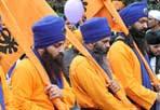 La preghiera dei Sikh - Hanno sfilato in migliaia per l'Esquilino, avvolti in colorati costumi e turbanti. Sono i Sikh «romani» che in processione scalzi per celebrare  Baisakhi, una delle più importanti feste religiose della comunità indiana, hanno spazzato simbolicamente le strade («per rendere il percorso purificato»)  e rivolto una preghiera anche per il professore Nariz Rafiq Ahmad, l'indiano aggredito pochi giorni fa in metrò