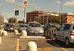 Un parcheggio difficile - Tor Vergata, parcheggio del centro commerciale. Ci sarebbe posto per tutti. Anche per i disabili. Ma un panettone di cemento impedisce l'accesso proprio a chi ne avrebbe più diritto (foto di un lettore)