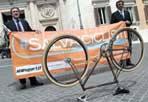 """Il 28 ai Fori in bici - Il flash mob dei Salvaciclisti a Piazza Montecitorio con uno striscione e una bicicletta.  Si svolgerà il 28 aprile a Roma, a partire dalle 15 e in contemporanea con Londra, la manifestazione nazionale """"Salvaiciclisti"""", che aderisce alla campagna internazionale 'Cities for Fit Cycling' lanciata dal Times di Londra in seguito a un grave incidente stradale che ha coinvolto una giornalista del quotidiano britannico mentre stava andando in redazione in bicicletta. (Foto Jpeg)"""