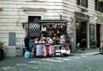 Degrado & abusi - Continua il suk nel centro storico di Roma, perfino tra le vie commerciali più importanti (foto di un lettore)