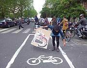 Ciclisti in festa per la finta ciclabile di Garbatella