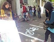 Il flash mob che ha disegnato la falsa ciclabile a Garbatella (Jpeg)