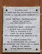 La targa che ricorda Pietro Pappagallo davanti alla sua casa
