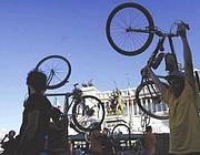 Biciclette a piazza Venezia (foto LaPresse)