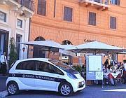 Un'auto dei vigili di Roma parcheggiata in piazza Nabvona: dove c'è l'isola pedonale (Jpeg)