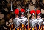 Il giuramento - Ventisei nuove guardie svizzere hanno giurato domenica mattina in Vaticano, entrando nell'esercito più antico del mondo. Gli uomini hanno promesso di essere disposti a dare la vita per proteggere il Papa. La cerimonia si è svolta nella Sala Nervi in Vaticano, cambiamento dell'ultimo minuto dovuto alla pioggia. Solitamente si tiene infatti nel cortile di san Damaso del Palazzo apostolico. Le nuove guardie giurano ogni anno il 6 maggio, per commemorare il giorno del 1527 in cui 147 appartenenti al corpo morirono per proteggere papa Clemente VII durante il sacco di Roma (Fabio Frustaci / Eidon)