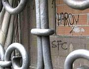 Scritte sui muri dietro il cancello di Villa Leopardi
