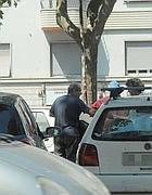 Un automobilista paga i parcheggiatori abusivi vicino a p.le Clodio (Proto)
