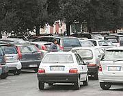 Auto in doppia fila «gestite» da un parcheggiatore abusivo (Proto)