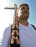 Uno dei manifestanti con uan croce con feti attaccati (Jpeg)