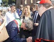 Il sindaco si inchina la cardinale Raymond Leo Burke (Lapresse)