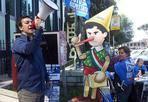 Un Pinocchio per il sindaco - Un pupazzo che si chiama «Alenocchio» viene consegnato al sindaco Alemanno dal coordinamento romano Acqua pubblica: «Dopo la splendida manifestazione dello scorso 5 maggio in difesa dell'acqua e dei servizi pubblici locali- si legge in un comunicato- il Coordinamento romano acqua pubblica torna a mobilitarsi di fronte ad Acea e non solo». E così in Campidoglio viene portata «la nostra nuova mascotte 'Alenocchio': il pupazzo del nostro sindaco Pinocchio che di bugie in questo periodo, e non solo, ne ha dette davvero tante e che continua a ribadire la falsità dell'obbligo di legge alla vendita del 21% delle quote di Acea Spa».  La mobilitazione «su questo e su gli altri fronti continua: a un anno di distanza dalla vittoria referendaria, il 2 giugno il popolo dell'acqua tornerà in piazza per una grande manifestazione nazionale che a gran voce ricorderà alle istituzioni di questo Paese che il voto va rispettato e che la Res publica siamo noi» (foto Jpeg)