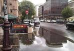 La piscina del Flaminio - Piove a Roma. Piove molto. Così piazzale Flaminio si trasforma in una grande piscina. Da attraversare per chi esce dal metrò (foto Vecchi)