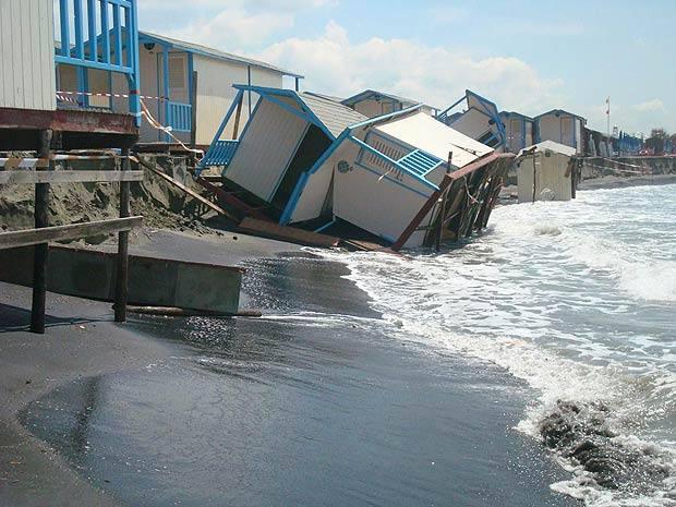 cabine inghiottite dal mare foto del giorno corriere roma