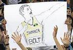 Boltmania - L'entusiasmo dei fan di Usain Bolt dopo il suo trionfo nei 100 metri al Golden Gala di Atletica allo stadio Olimpico  il 31 maggio (foto Ansa)
