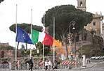 Lutto per i terremotati - Bandiere a mezzasta sotto al Campidoglio, lunedì 4 giugno, in segno di omaggio alle vittime nella Giornata di lutto nazionale per i morti nel sisma che ha colpito l'Emilia Romagna  (foto Eidon)