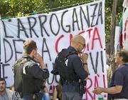 Agenti in tenuta anti sommossa parlano con un manifestante   (Ansa)