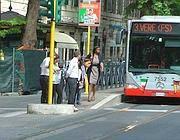 Passeggeri alla fermata del bus sostitutivo del tram 3