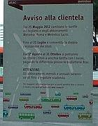 Avviso dell'aumento dei biglietti affisso su un bus romano