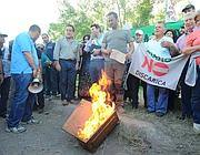 Cittadini di Riano bruciano i certificati elettorali (Jpeg)