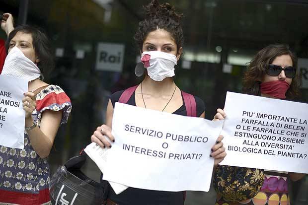 No al silenzio su Rio - Un momento del flash mob organizzato per protestare contro il silenzio mediatico sul vertice di Rio+20 davanti alla sede della Rai di viale Mazzini (Foto Ansa)