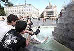 Tuffo - Chiudono le scuole e gli studenti romani festeggiano con gavettoni. Ci scappa anche un tuffo nella  fontana  in piazza del Popolo (Eidpn)