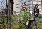 La pace di Shiva - L'attivista e ambientalista indiana Vandana Shiva, è stata l'ospite d'eccezione di un dibattito del Forum Nazionale per la Pace, promosso a Roma dall' Amministrazione Provinciale. Vandana Shiva, vincitrice nel 1993 del Right Livelihood Award, Shiva ha detto che «il primo passo per costruire la pace è farlo nella nostra mente, troppo colma di paradigmi di guerra con cui abdichiamo al mondo e cerchiamo di difenderci da questo».  L' incontro era inserito in un programma di dibattiti che tra oggi e domani prevede il coinvolgimento di oltre 120 organizzazioni nazionali e ospiti internazionali che operano per la pace, la giustizia e la solidarietà ed è promosso anche dalla Rete Italiana Disarmo, dalla campagna 'Sbilanciamocì, dalla Tavola della Pace, dal Tavolo Interventi Civili di Pace al Comitato Cittadino per la Cooperazione Decentrata di Roma, dal Forum per la Pace e i Diritti Umani e la solidarietà internazionale della Provincia di Roma. (Foto Eidon)
