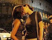 Un bacio gay davanti al Colosseo