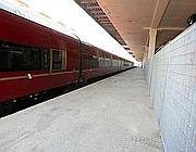 Treno, marciapiede, inferriata (Jpeg)