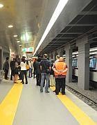 I primi passeggeri sulla banchina della B1 a Conca d'Oro (foto Proto)