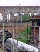 Un treno sulla linea Roma Sud tra Pigneto e Quadraro