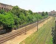 Uno dei tratti in cui la linea per Gaeta passa tangente all'Acquedotto Romano