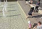 Strategie anti-caldo  - Temperature oltre i 30 gradi: il grande caldo è arrivato. Ed è solo l'inizio, visto che dalla prossima settimana è previsto l'arrivo di «Scipione», il potente anticiclone africano in arrivo dal Sahara con temperature che toccheranno anche i 40 gradi. E allora chi è in città cerca il fresco come può. Nelle fontane ad esempio, come la bimba fotografata a Roma  (foto Jpeg)