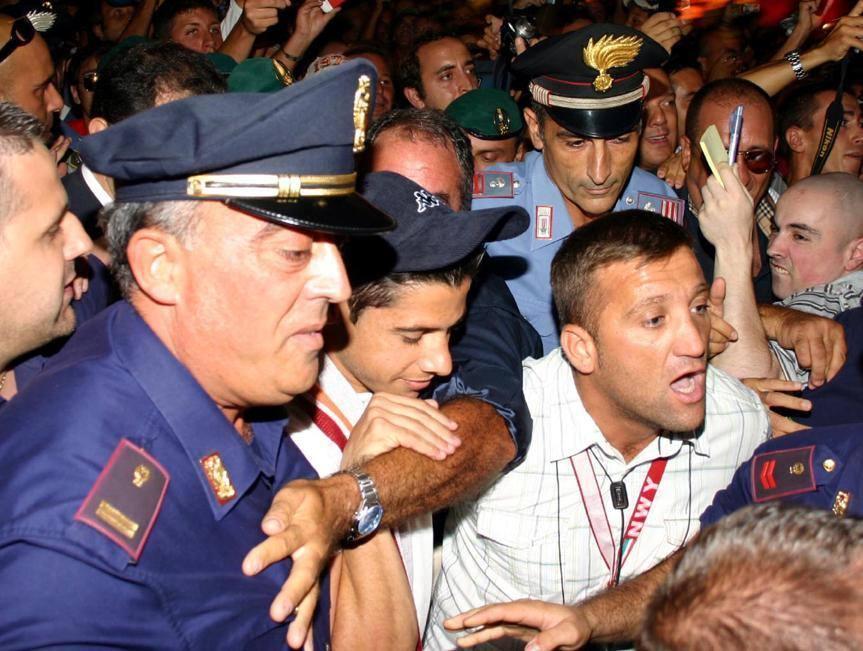 Cicinho accolto da 500 tifosi all'aeroporto di Fiumicino al suo arrivo nel 2007 (Ansa)