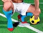 Il calciatore in tacchi a spillo nella pubblicità del Gay Village