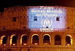 Nel mondo 42 milioni di vite sconvolte  - «Più di 42 milioni di persone in tutto il mondo sono state sradicate con la forza dalle loro case e comunità. Più di un milione sono fuggite dal proprio paese negli ultimi 18 mesi solo a causa di un'ondata di conflitti, in Costa d'Avorio, Libia, Mali, Somalia, Sudan e Siria». Lo ha detto il segretario generale dell'Onu, Ban Ki-moon, in un messaggio in occasione della Giornata mondiale del rifugiato, in programma mercoledì. «Questi numeri rappresentano molto più che statistiche - ha aggiunto il numero uno delle Nazioni Unite - Essi sono individui e famiglie la cui vita è stata sconvolta, le cui comunità sono state distrutte, il cui futuro resta incerto. La Giornata mondiale del rifugiato rappresenta un momento per ricordare tutti coloro che si trovano in questa situazione e nello stesso tempo per intensificare il nostro sostegno». Quattro su cinque rifugiati si trovano nei Paesi in via di sviluppo, Pakistan e Iran ne ospitano il maggior numero, con un totale di oltre due milioni e mezzo. «Tunisia e Liberia - ha proseguito Ban - sono tra i Paesi che, nonostante le loro sfide nazionali, mantengono aperte le frontiere e condividono scarse risorse idriche, suolo e altre risorse con coloro che soffrono l'impatto della violenza armata».