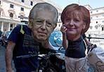 Facce da summit  - Si è svolto senza incidenti - nonostante scioperi e corteo nella Capitale - il summit  quadrilaterale tra Italia, Germania Francia e Spagna a Villa Madama. In mattinata, manifestanti hanno inscenato una protesta anti-rigore indossando davanti a Palazzo Chigi maschere che ritraevano i volti di Mario Monti e Angela Merkel (foto Ansa)