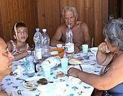 Una famiglia in cabina al mare con la colazione al sacco (foto Cr. Litorale)