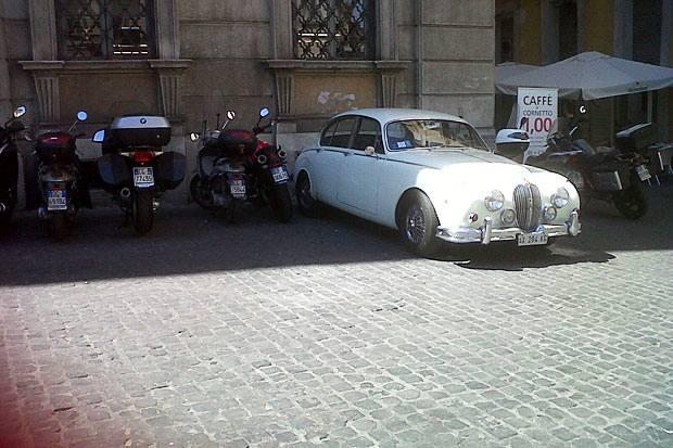 Sosta vietata - Una Jaguar bianca parcheggiata in palese divieto staziona in piazza del Gesù,  come ci segnala una lettrice