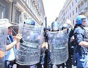 Poliziotti schierati a difesa della «zona rossa» (Jpeg)