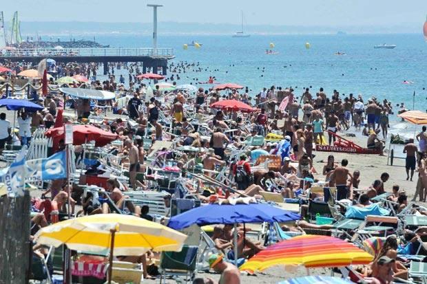 Tutti al mare - Pienone a Ostia e su tutto il litorale romano, complice il gran caldo e il ponte di San Pietro e Paolo (foto Mario Proto)