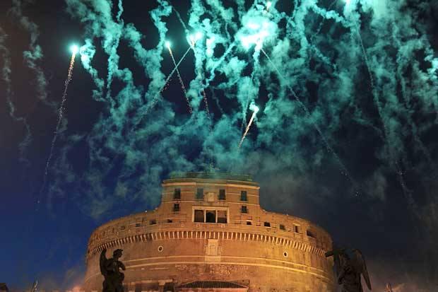 Girandola - Come tradizione, la sera del 29 giugno, san Pietro e Paolo, si è tenuta Girandola di Castel Sant'Angelo, lo spettacolo di fuochi di artificio introdotto nel 1481 per l'esaltazione del pontificato di Sisto IV e che viene riproposto in occasione delle più importanti festività religiose dell'anno(Jpgeg)