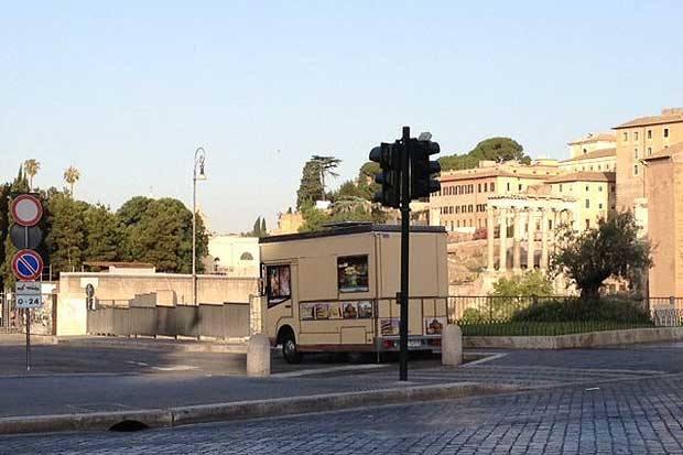 Il sonno delle regole - Lunedì 2 luglio, mattina presto. Dormono i conducenti dei camion bar parcheggiati in divieto su via dei Fori Imperiali. Dormono i controllori (non spetta ai vigili urbani verificare l'applicazione delle ordinanze?), dormono forse anche i turisti. Ma soprattutto è il sonno delle regole: l'assegnazione - pur contestata - di piazzole di sosta in vista dei più bei monumenti e scavi archeologici di Roma dovrebbe valere tuttalpiù per le fasce orarie diurne, invece adesso i camion bar non fanno neppure lo sforzo di traslocare al tramonto (foto Zanini)